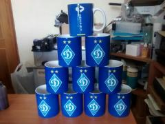 Чашки, футболки с печатью надписи, логотипа
